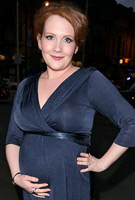 Jennie McAlpine wearing the Willow Kleid (Mitternachtsblau)